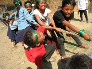 運動会で綱引き!子どもたちのこの笑顔は村の希望