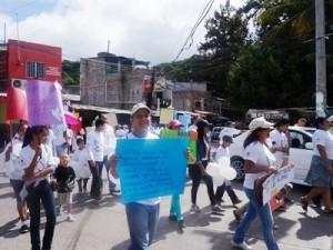 行進をするうちに地域の人々が集まってきた