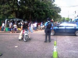 行進のルートを確保するため通行止めに協力する地域警察官