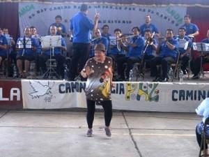コンサートの最中に踊りだした地域住民