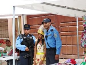 トウモロコシの皮を使ったリサイクルドレスを着た子どもと協力に駆け付けた警察官