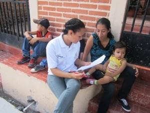 子ども連れの参加者にアンケートをする協力関係機関スタッフ