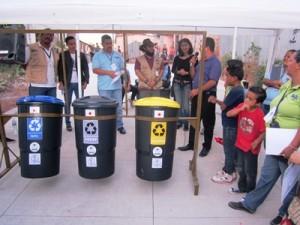 地元の小学校に贈呈されたリサイクルごみ箱