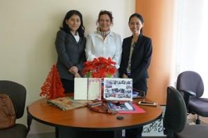 マルレーネ大使(中央)、事業統括の山田(左)、筆者。手前は妊婦さんからの写真とメッセージ。