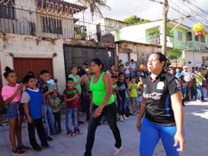 地域の大人たちも参加したボール口運び競争