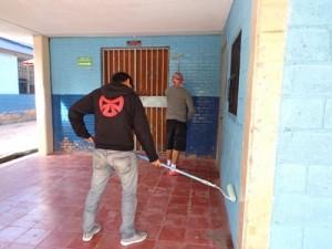 会場となる学校の塗装を手伝う地域の青少年