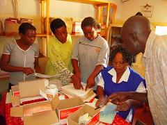 結核患者データを確認するボランティア
