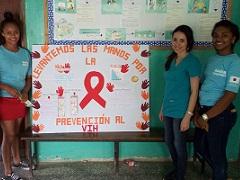 HIV/AIDS予防啓発掲示板を作成した保健所長(右から2番目)とピアリーダーたち
