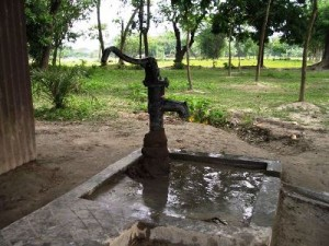 バングラデシュで一般的な手押しポンプ井戸