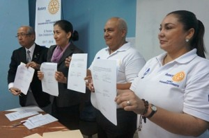 超音波診断装置の贈呈書に署名が行われた  (右から、保健事務所長、ダンリRC会長、山田統括、相模原橋本RC原プロジェクト委員長)
