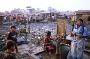 バングラデシュの首都ダッカ市内にあるスラムの水くみ場