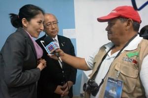 テレビ局のインタビューに応じる原プロジェクト委員長と山田統括