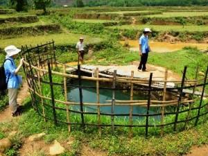 ラショー郡Lwai Taw村の水源の様子(左端は佐藤駐在員)