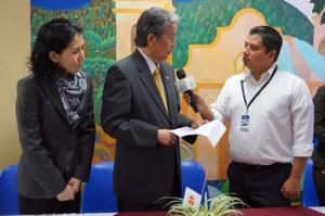 テレビ局のインタビューに応じる松井大使