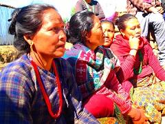 住民集会に参加した女性たち