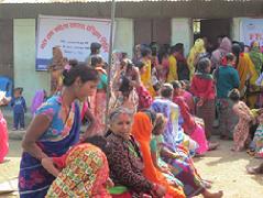 ヘルスキャンプを受診する女性ら