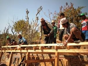 大工研修を受講した住民たちは、住居再建に引っ張りだこの大忙しです