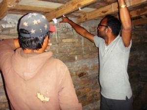 エンジニアのスタッフ(右)が研修受講生の建設現場を訪問し、必要な場合は技術的な助言を行います
