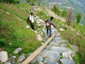 山間の村では建設資材の運搬も一苦労。でも「家の再建のためならえーんやこーら」