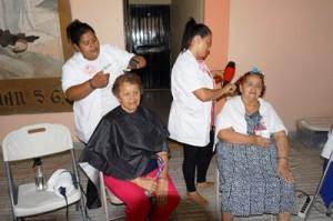 職業訓練校生徒による理容美容サービスを受ける参加者
