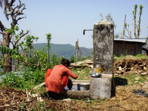 食器洗いも身体を洗うのも選択するのも同じ屋外の水場で