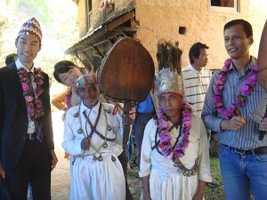 式典では、村の伝統祈祷師(中央2名)が水の安定供給を願って悪霊を追い払ってくれました