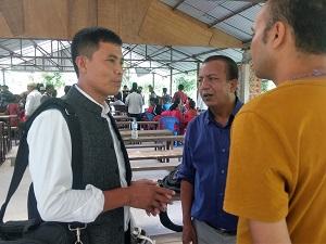 事業対象地の1つシパリ・チラウネ村の村長(左)。若い世代の活躍が期待されている