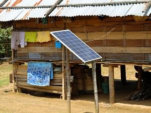 村でよくみかける小型のソーラーパネル