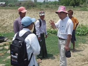 出張先の村でインタビューする白幡(右)