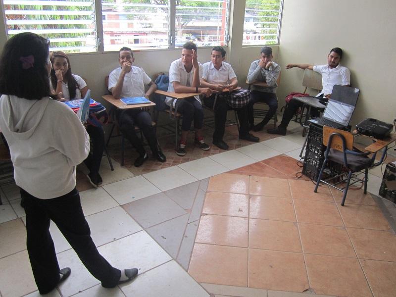 同級生にピア教育を実施する青少年