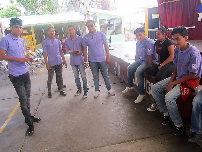 町内会活動の合間にくつろぐ青少年たち