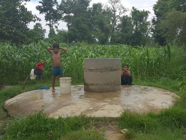 水場で水浴びをする子どもたち