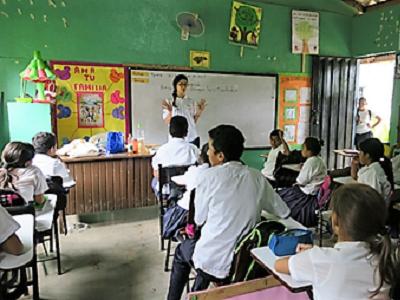 小学校で衛生教育の事業