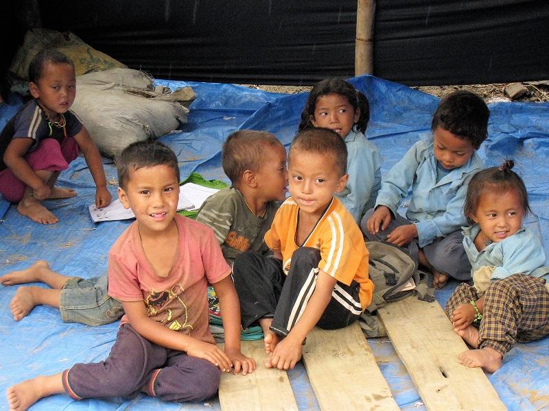 震災後、手付かずのままの幼稚園スペースで遊ぶ子どもたち