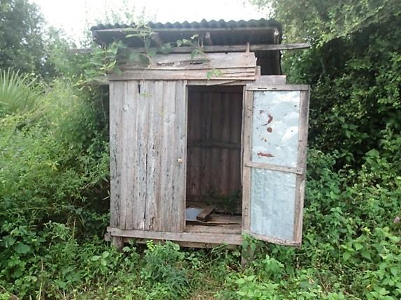 パウッ郡候補地にある学校の既存トイレ