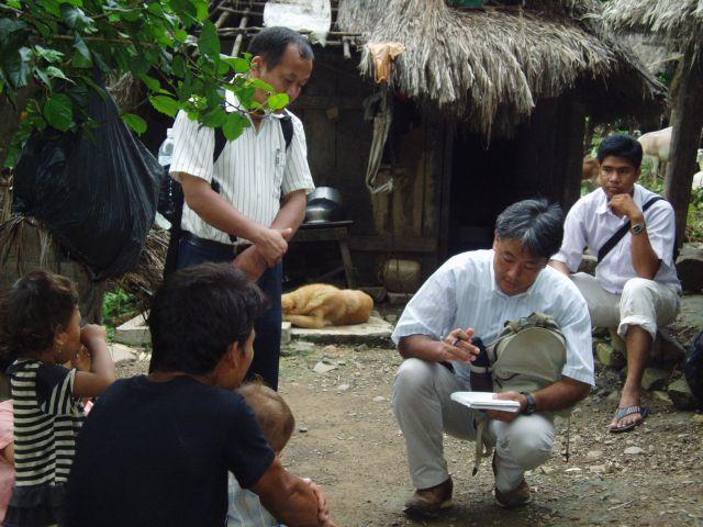 ネパールの農村でインタビューする筆者。一人ひとりと向き合いながら活動できるのはNGOの醍醐味。