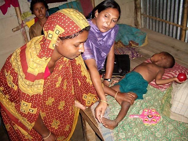 バングラデシュの現地NGO(B)が行っていた、家庭訪問による基礎的な理学療法指導の様子