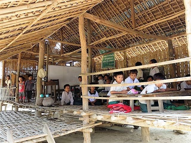 ミャンマーの村の小学校。親の意識が変わるだけで、障害をもつ子どもが通学できるようになることもあります