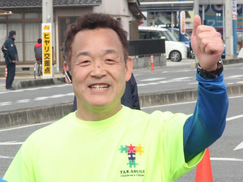 実は院長先生ご自身、フルマラソンをいくつも完走されている上級ランナー。チャリティTシャツを着て力走されました(2017年大会の様子)