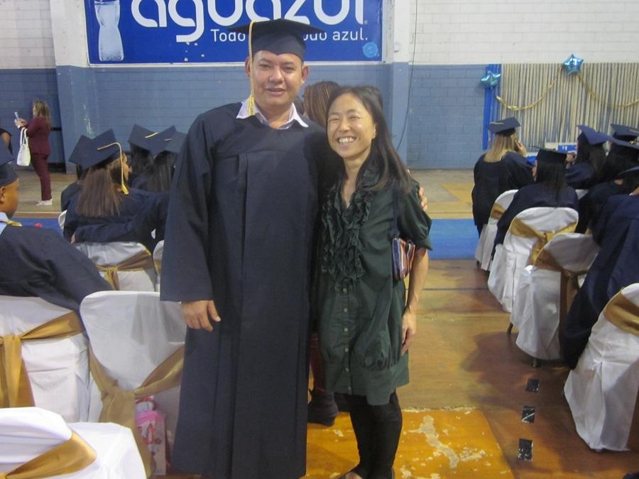 高校卒業を喜ぶスタッフ