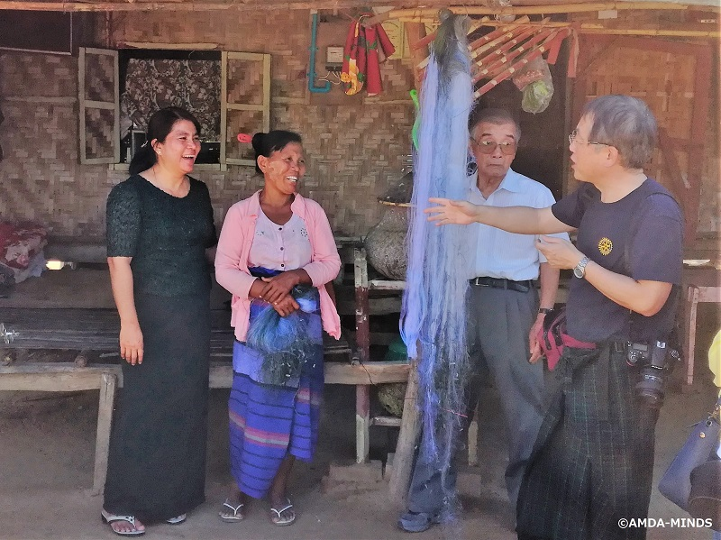 マイクロクレジットを漁業に投資している女性にインタビュー