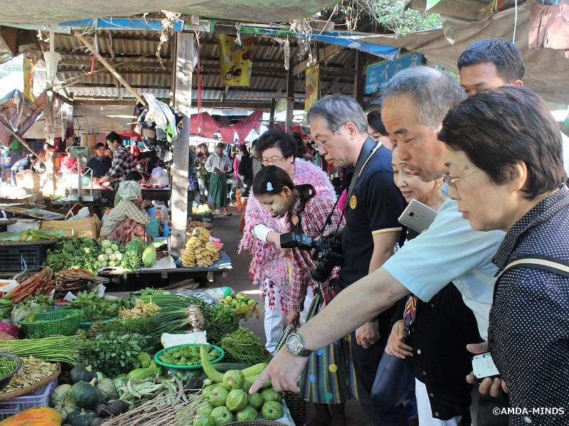 小売りや農業に投資している女性が活用する市場を視察