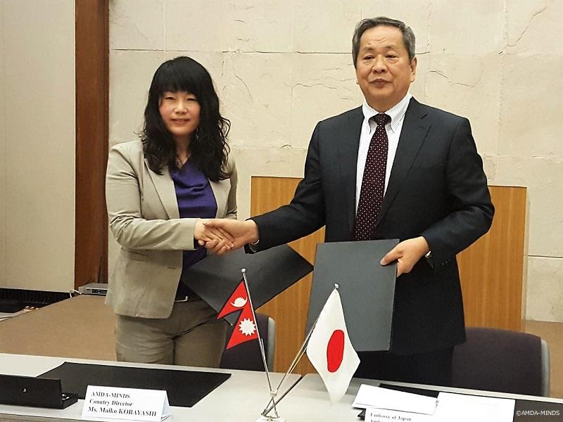 贈与契約を交わす小川大使(右)と小林統括