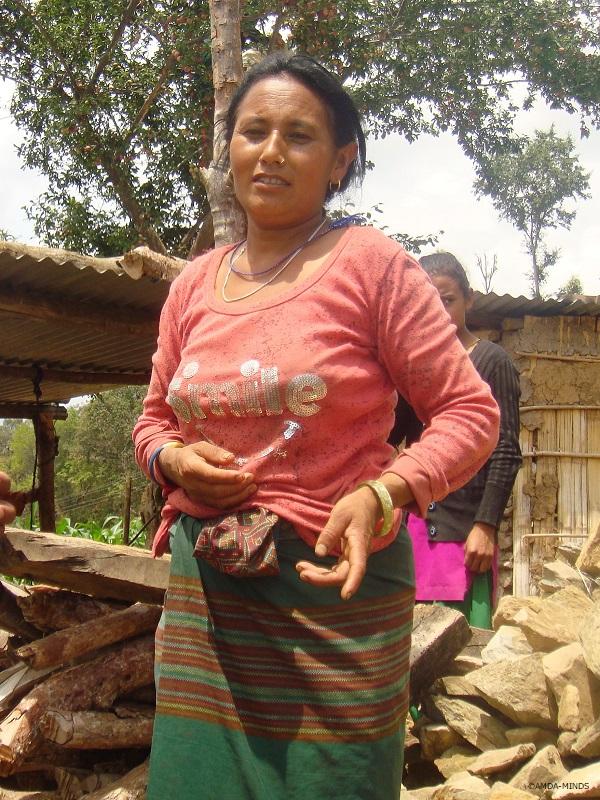 一枚布をまとうタマン族の女性