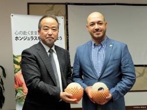 ホンジュラス産のメロンを手に(右:アレハンドル・パルマ・セルナ閣下、右:鈴木理事長)
