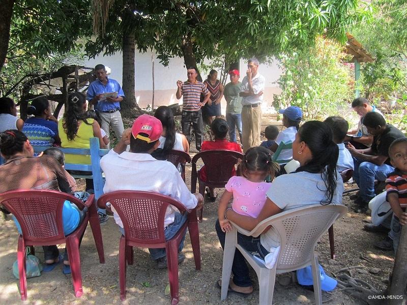 車が入れない村で、妊婦や傷病人の緊急対応について話し合っている村人たち。