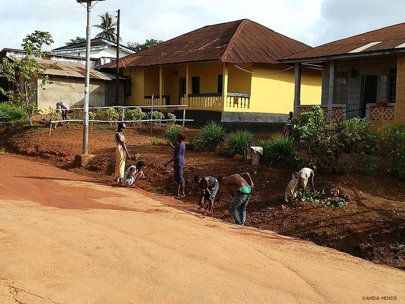 毎月一度行われる全国一斉清掃活動で家の周りを掃除する住民たち