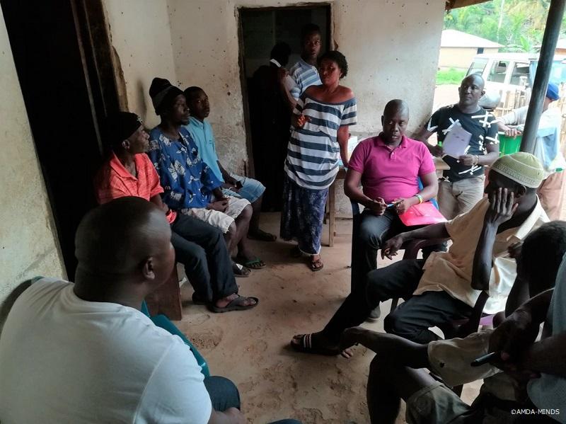 一次診療所でコミュニティの代表と話し合いを行う県保健局および診療所スタッフ
