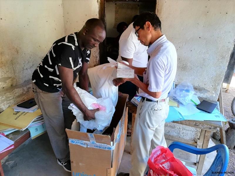 県保健局スタッフと共に期限切れ医薬品の確認・回収を行う筆者