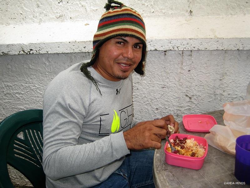 写真5)ほっと一息。穏やかな表情でお弁当を食べるスタッフ